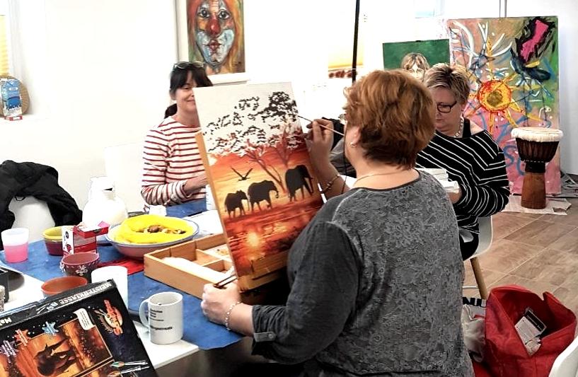 Im Kreativraum des DRK-Selbsthilfezentrums beim Malen und Basteln. Begleitet werden die Teilnehmerinnen von der Kunsttherapeutin Sabine Gerhard.