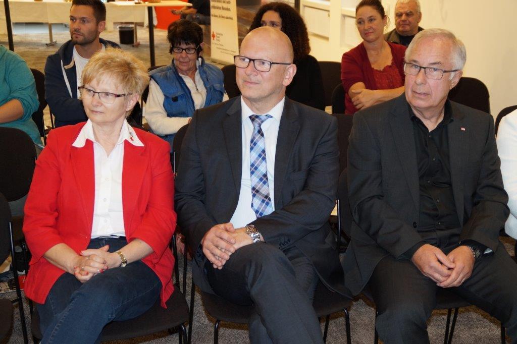 v.l.n.r.: DRK-Landesleiterin Sozialarbeit Frau Adelheid Schultheiß, Landrat Frank Matiaske und DRK-Vorsitzender Georg Kaciala.