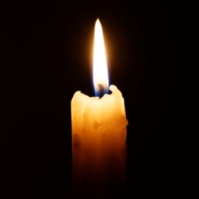 Candle in the dark © mark_ka / Fotolia.com