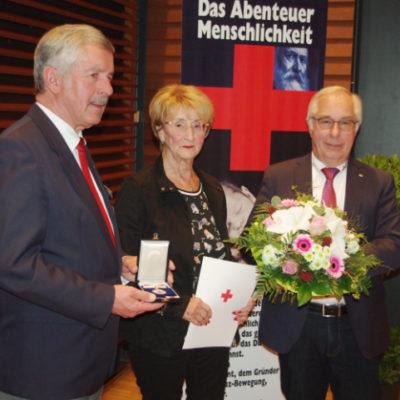 Friedel Weyrauch erhält von Norbert Södler (links) die Verdienstmedaille des LV Hessen. Mit beiden freut sich KV-Vorsitzender Georg Kaciala. Foto: Hans-Dieter Schmidt